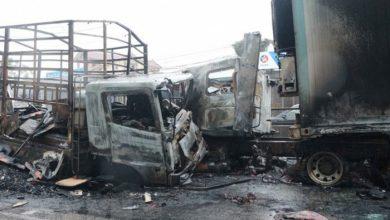 Xe tải đấu đầu xe container bốc cháy, QL1 qua Nghệ An ùn tắc 1km 1