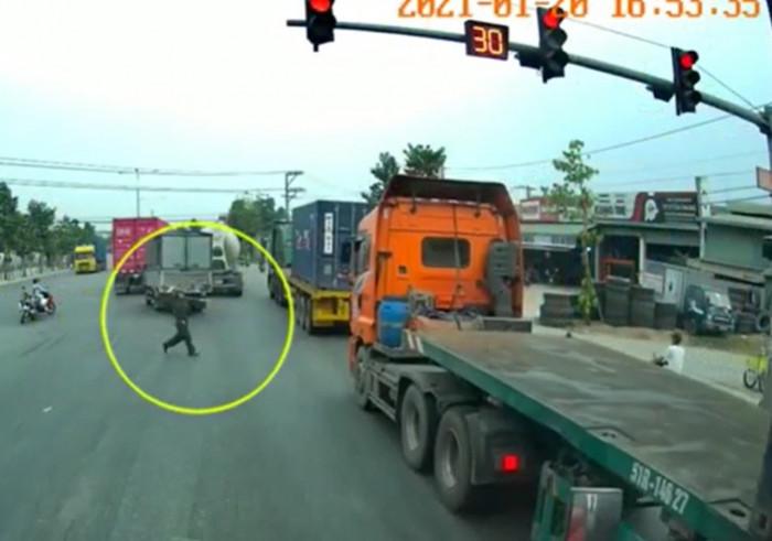 """""""Hung thần"""" container coi thường tính mạng người đi đường 1"""