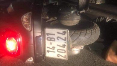 Xe mô tô đâm vào ô tô đỗ trên vỉa hè, một người bị thương 1