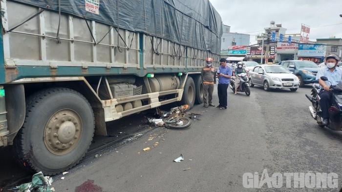 Xe tải va chạm xe máy tại vòng xoay, nam sinh lớp 12 tử vong thương tâm 1