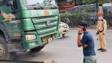 Bị CSGT dừng xe kiểm tra, tài xế đồng loạt điện thoại xin ý kiến chủ xe 1
